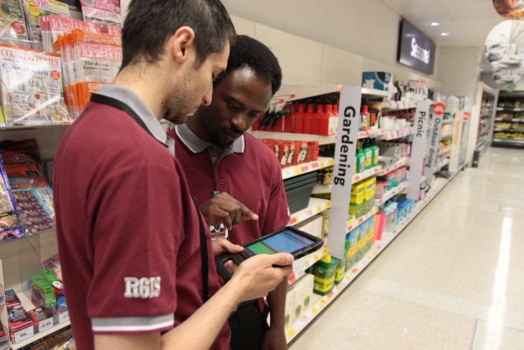 2 men looking at a tablet in a retail store depicting omnichannel retailing